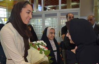 گزارش تصویری از کیمیا علیزاده زنوزی در فرودگاه تبریز/ مراسم تجلیل در زنوز مرند برگزار میشود